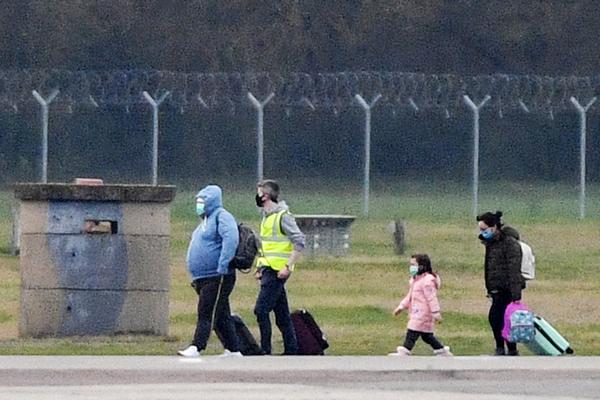 Уханьский коронавирус. Пассажиры, прибывшие из Уханя после вспышки коронавируса, в аэропорт Брайз-Нортон, Англия
