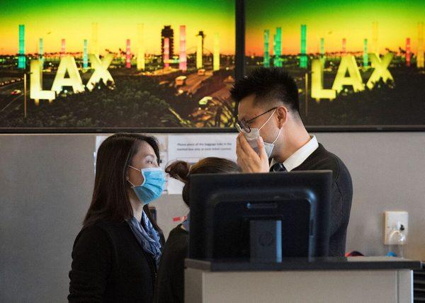 Уханьский коронавирус. Сотрудники авиакомпании носят маски в международном аэропорту Лос-Анджелеса