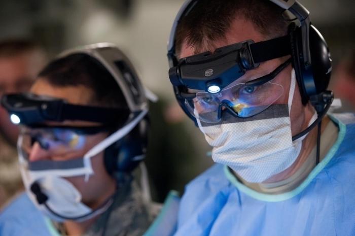 Китайские врачи так измотаны борьбой с коронавирусом, что спят прямо на полу в больницах