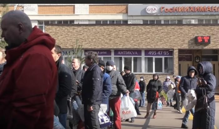 (Видео) Петербургский НИИ раздал горожанам 50 тонн дезинфицирующего средства. Бесплатно
