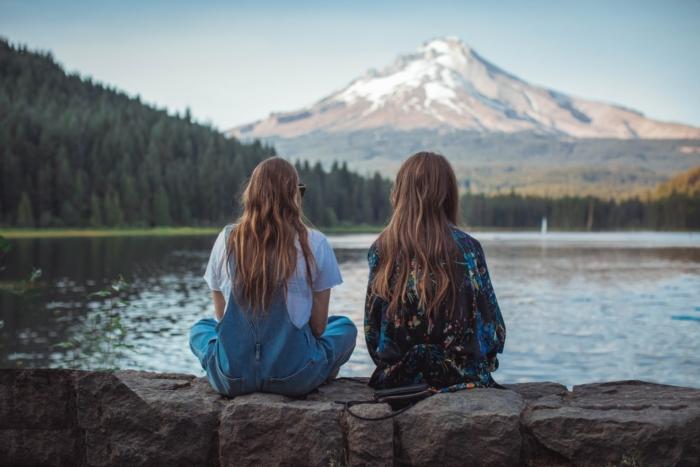 Девушки спокойно дружили 17 лет, пока случайная знакомая не вспомнила, что отец одной встречался с матерью второй много лет назад