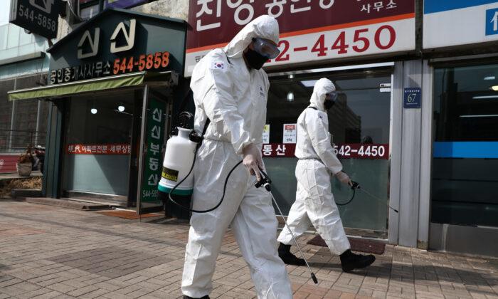 Некоторые страны и организации поздно отреагировали на эпидемию коронавируса из страха перед Китаем, считает эксперт