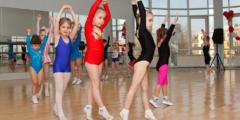 (Видео) Юная гимнастка сильно нервничала и ошиблась во время прыжка. Падение могло стоить не только очков, но и здоровья