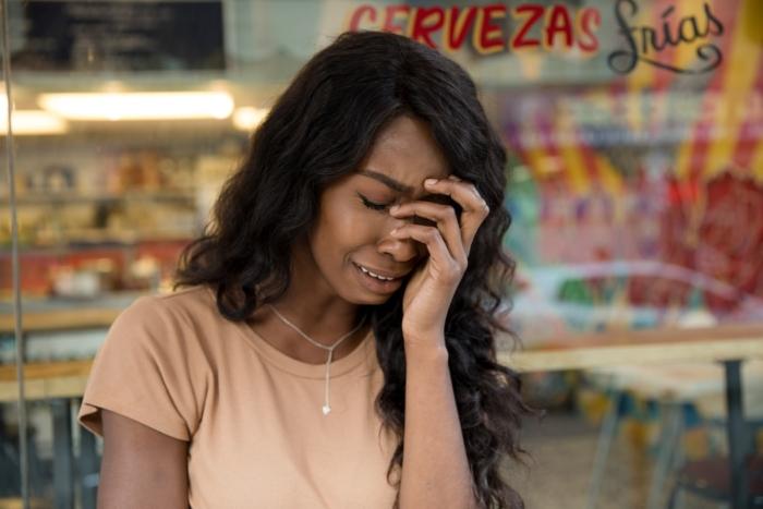 (Видео) Женщина расплакалась прямо в магазине. Паника из-за коронавируса приносит вред некоторым категориям покупателей