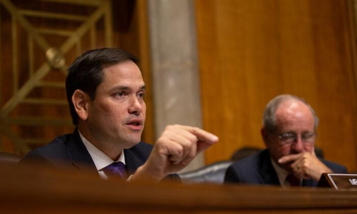 Коммунистический режим должен прекратить распространение дезинформации о коронавирусе, считают американские сенаторы