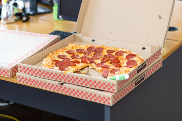 2-летний мальчуган бросился обнимать доставщика пиццы. Малыш и не подозревал, как мужчина в этом нуждался