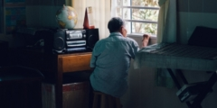 Дедушку заперли на карантин в доме престарелых, но внучка всё же смогла поделиться с ним радостной новостью. Да так, что плакали все вокруг!
