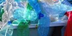 Камерунец придумал, как применить пластиковые бутылки, загрязняющие водоёмы. И его идеи всем понравились!