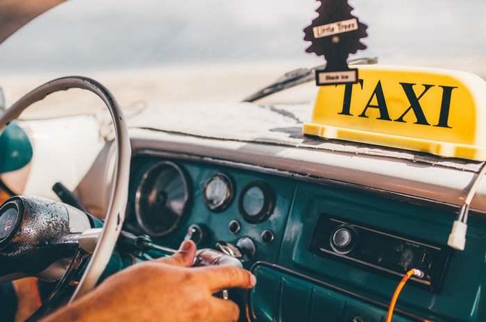 Таксист помог 92-летней пассажирке сохранить $25000. Но уговаривал долго!