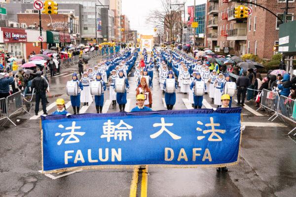 Духовой оркестр последователей Фалуньгун выступает на параде в честь китайского Нового года во Флашинге, Нью-Йорк