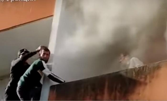 (Видео) Спасение пожилого человека из горящей квартиры стало зрелищным видео. Отважные чеченцы восхитили местных жителей