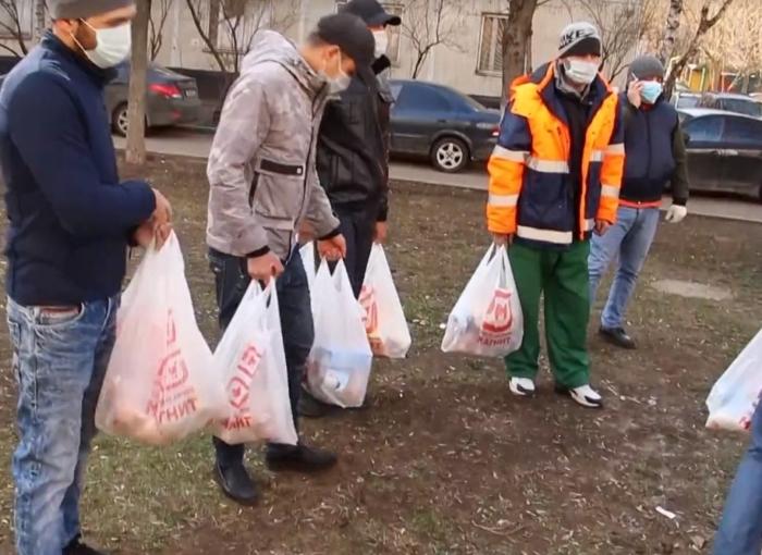 Группа таджикских волонтёров раздаёт продукты трудовым мигрантам и не только