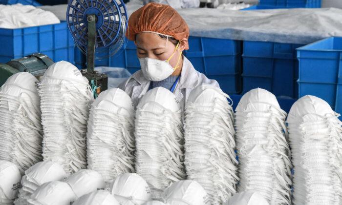 Многие фабрики Китае производят маски в антисанитарных условиях, рассказал китайский брокер