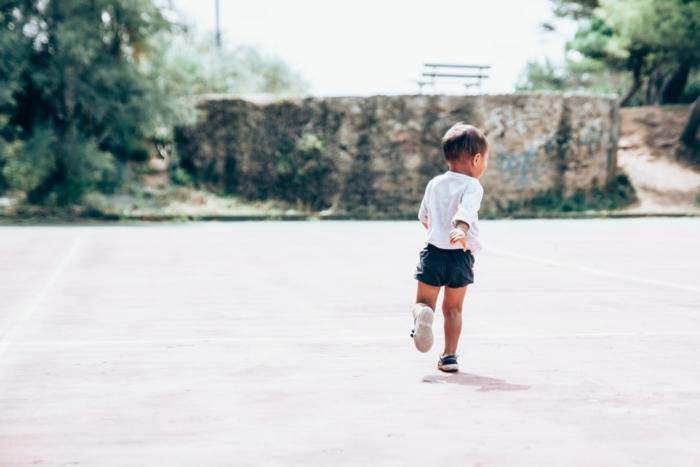 (Видео) Врач не смог сдержать слёз, когда ему пришлось уклониться от бегущего навстречу маленького сына