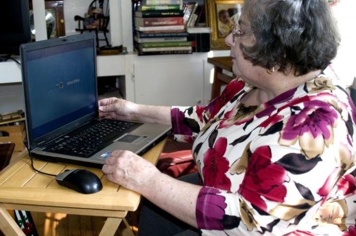 (Видео) Бабушка-инвалид записала видео с советами, которые отлично подходят людям во время самоизоляции