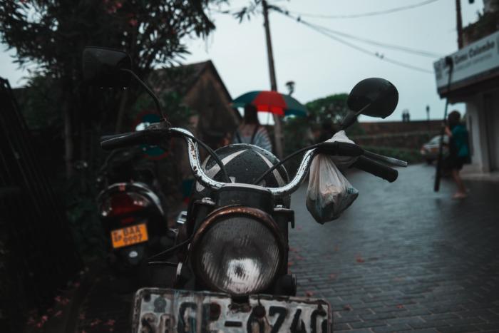 Под дождём у курьера заглох мотоцикл. Но нашёлся человек, который не проехал мимо!