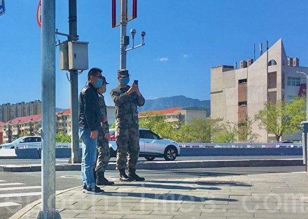 Военный сфотографировал прохожих в Мэньтоугоу, Пекин