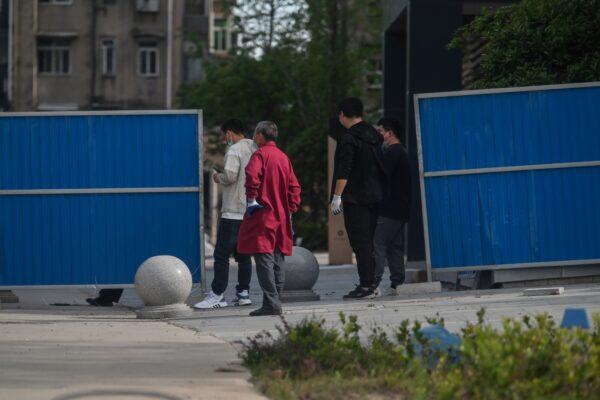 COVID-19. Жители жилого комплекса в Ухане выстраиваются в очередь для получения теста на нуклеиновые кислоты