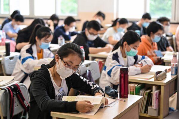 Старшеклассники в средней школе в Шанхае, Китай