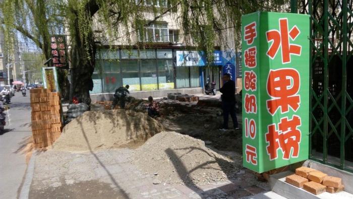 Строители возводят стены вокруг изолированных зданий)
