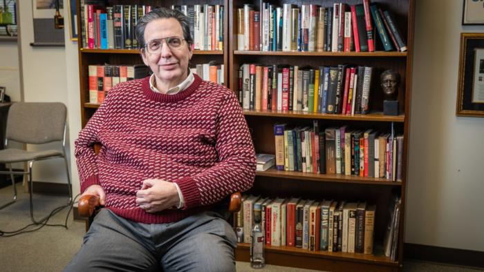 Эксперт по Китаю и профессор Пенсильванского университета Артур Уолдрон в своем офисе в Филадельфии. 20 ноября 2019 год.