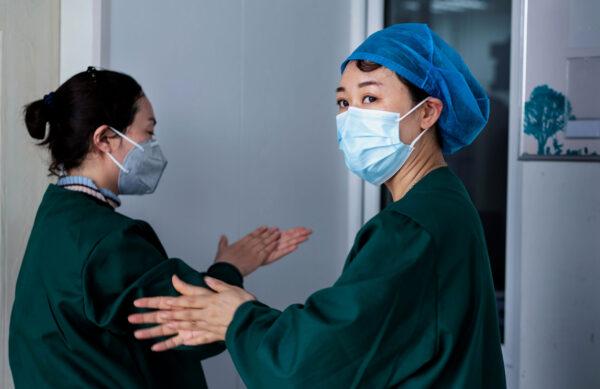 Медицинский персонал тестирует на нуклеиновые кислоты в рамках мер по борьбе с пандемией COVID-19 в Гуанчжоу