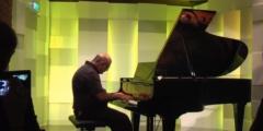 (Видео) Мужчина после удара молнии услышал во сне музыку. Пришлось учиться играть на пианино!