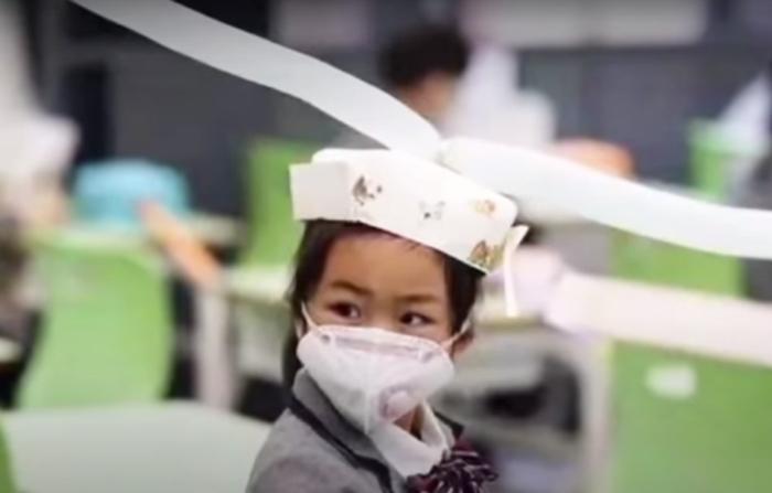 (Видео) Школьники Китая сидят на уроках в необычных шляпах Х века. Для соблюдения дистанции