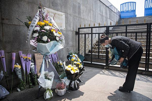 Мужчина стал объектом внимания полиции, потому что хочет привлечь к ответственности за смерть отца от COVID-19 власти Уханя