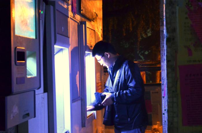 Парень нашёл возле банкомата $135000. Он не взял их себе и получил гораздо больше!