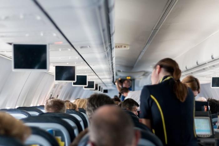 Пассажир самолёта из первого класса исполнил давнюю мечту 88-летней старушки из эконом-класса