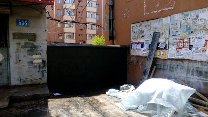 Строители возводят стены вокруг изолированных зданий