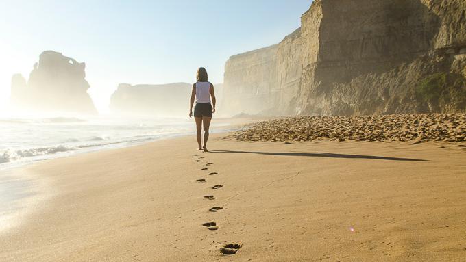 Девушка идет по пляжу