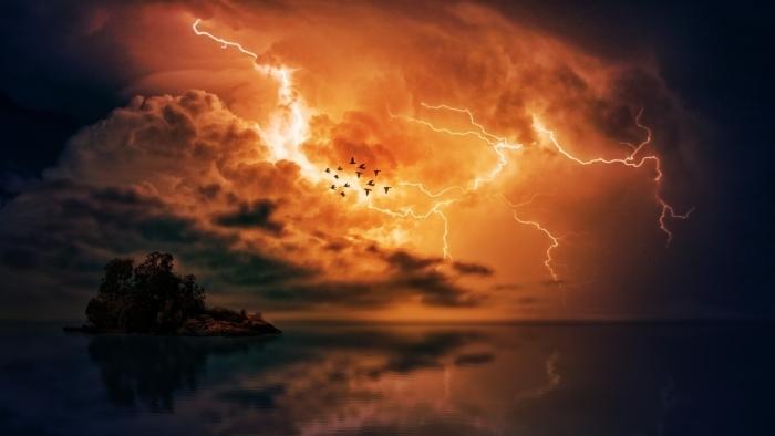 Человеку приснилось, что на один день его назначили богом грома. Но оказалось, что сон имел последствия наяву