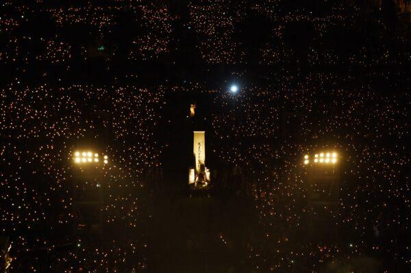 Участники держат свечи на фоне статуи богини демократии в гонконгском парке Виктория 4 июня 2017 года во время акции при свечах в ознаменование 28-й годовщины бойни на Тяньаньмэнь в Пекине в 1989 году.