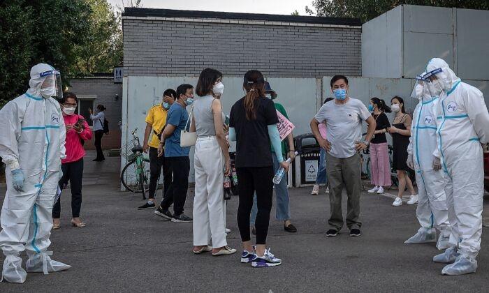 Медиков из разных провинций Китая отправили в Пекин, чтобы помочь справиться с новой вспышкой COVID-19