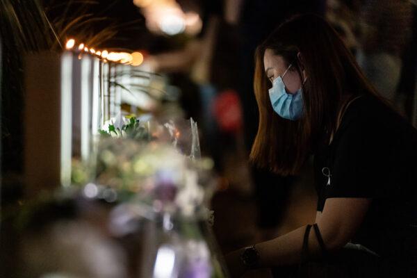 Возложение цветов в память о погибших протестующих в Гонконге
