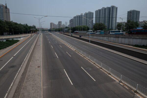 Пустынная магистраль в Пекине после вспышки COVID-19