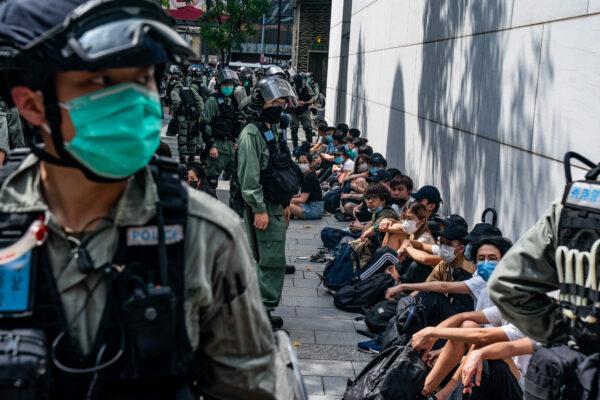 Спецназ полиции задерживает сторонников демократии на митинге в районе Козуэй-Бей в Гонконге 27 мая 2020 года