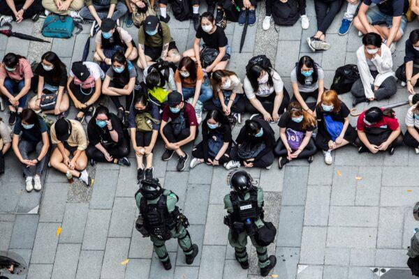 Спецназ задержал группу людей во время акции протеста в районе Козуэй-Бей Гонконга 27 мая 2020 года