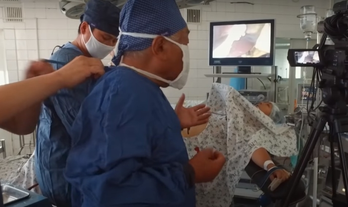 (Видео) 92-летний хирург из Кыргызстана продолжает делать операции. Потому что это любимое дело!