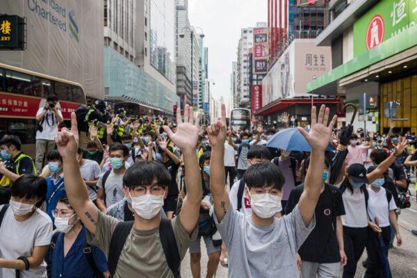 Жители митингуют против закона «О национальной безопасности» в районе Монгкок в Гонконге 27 мая 2020 года.