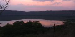 Озеро внезапно из зелёного стало розовым! У учёных есть несколько предположений почему