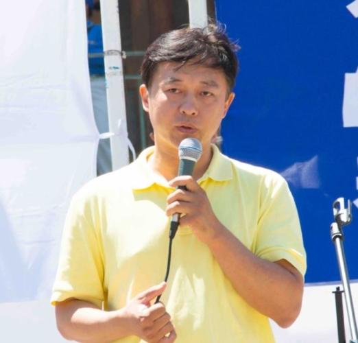 Бу Дунвэй выступает на митинге в Сан-Франциско, штат Калифорния