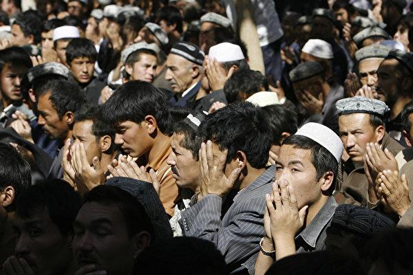 Уйгурские мусульмане молятся в мечети