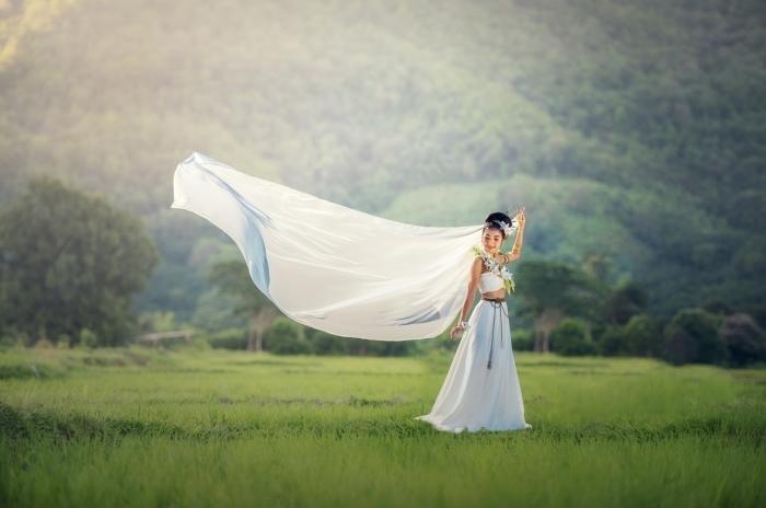 невеста танцует на траве