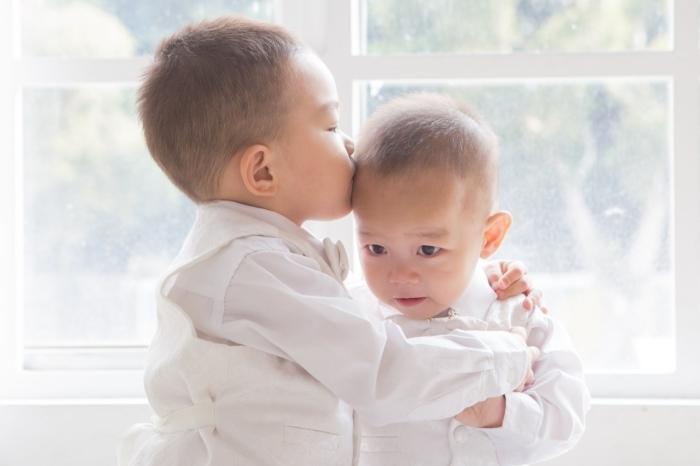 (Видео) Годовалый малыш расплакался ночью. Но двухлетний брат был на страже