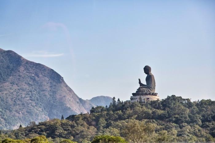 большая бронзовая статуя Будды в Гонконге.