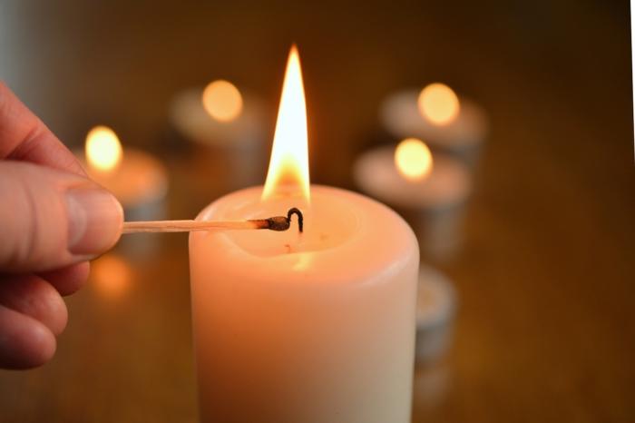 Человек зажигает свечи.