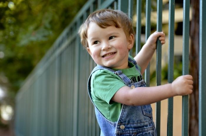 (Видео) Мальчику зажало голову автоматическими воротами. Требовалась помощь всех очевидцев!